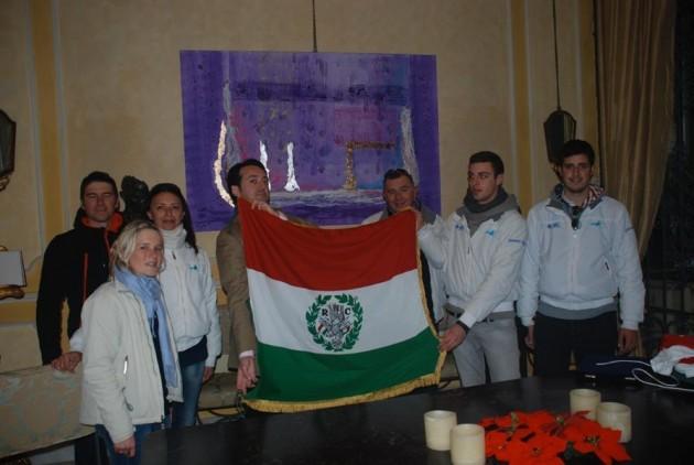 La consegna a Siviglia del 1° Tricolore da parte dell'equipaggio di Acquaaria, l'associazione velica che ha organizzato il viaggio lungo l'antica rotta da Genova alla Spagna