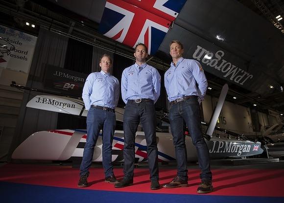 Paul Goodison, Sir Ben Ainslie e Matt Cornwell al London Boat Show con l'AC45 griffato JP Morgan. Foto OnEdition