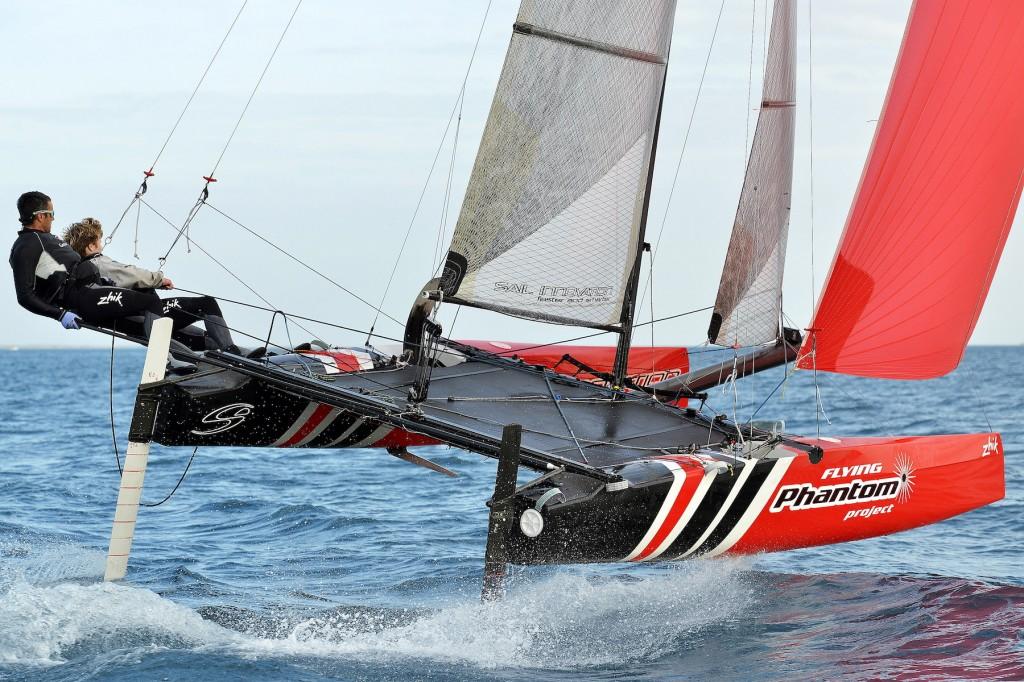 Il Flying Phantom One Design (progetto Martin Fisher) è un catamarano che sfrutta la tecnologia dei foil per raggiungere anche i 30 nodi sotto gennaker