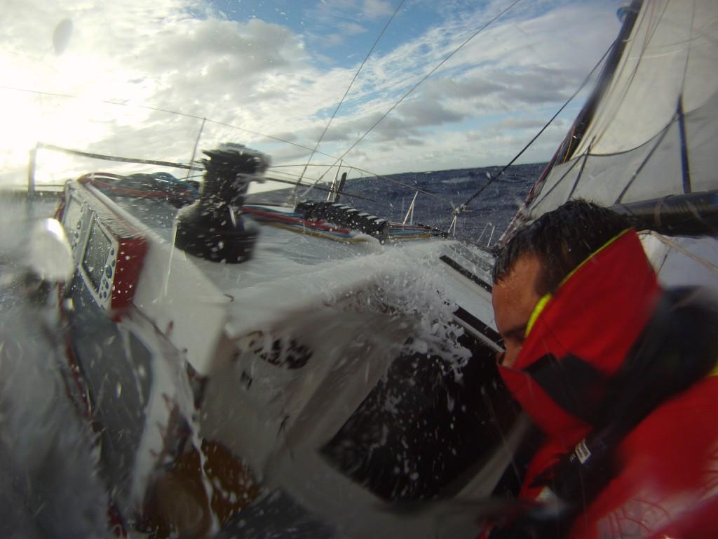 Marco Nannini a bordo del suo Class 40 con tempo cattivo. In pozzetto lo strato esterno ci ripara dagli elementi