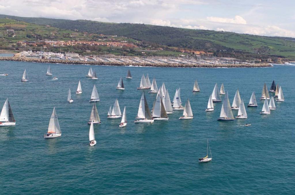 Una partenza della flotta partecipante alla Roma per 2, la regata organizzata dal Circolo Nautico Riva di Traiano dal 1994