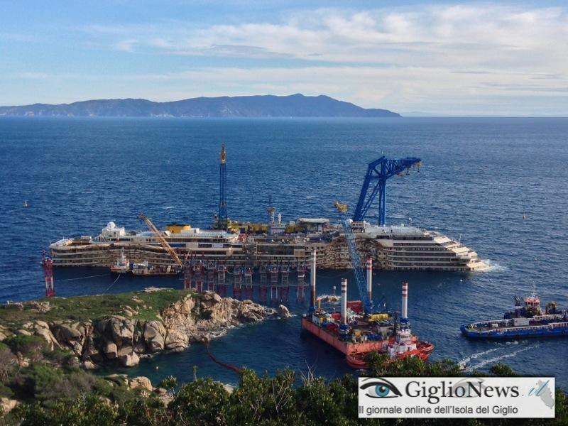 I lavori sul relitto raddrizzato della Costa Concordia. Foto GiglioNews