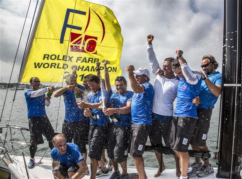 L'equipaggio di Enfat Terrible festeggia il Mondiale vinto a Newport
