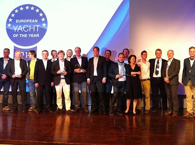 I vincitori dello EYotY 2014 sul palco insieme ai Giurati del Concorso. Per FareVela il tester ufficiale Vanni Galgani