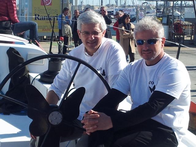 Giovanni Ceccarelli (a sinistra) e Paolo Semeraro. Sulla ruota del timone si può notare il logo della Neo Yachts: la farfalla