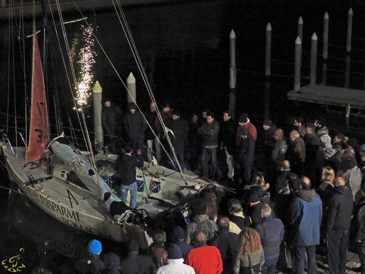 Fontanot in banchina a Rimini attrniato dal pubblico della conferenza