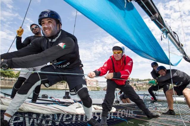 Wojtek Czyz a bordo di The Wave Muscat durante l'Act 5 delle Extreme Sailing Series a Porto nel 2013