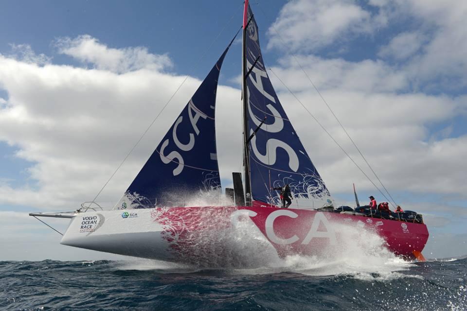 """Eccezionale immagine di Team SCA in allenamento a Lanzarote. Si nota la barca come """"sollevata"""" sull'acqua dal lift della canting keel inclinata. Foto Tomlinson"""