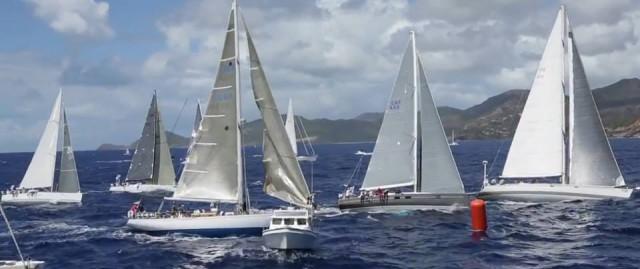 La partenza della VI edizione della RORC Caribbean 600. In seconda posizione si nota l'Azuree 46 Sleeper