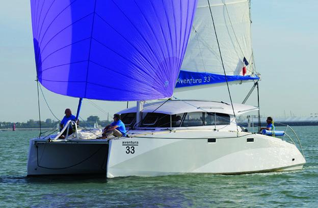 L'Aventura 33 di Indigo Yacht è un catamarano moderno e pensato per crociere a medio raggio. Il pozzetto, razionale e ben organizzato, permette la conduzione anche da soli