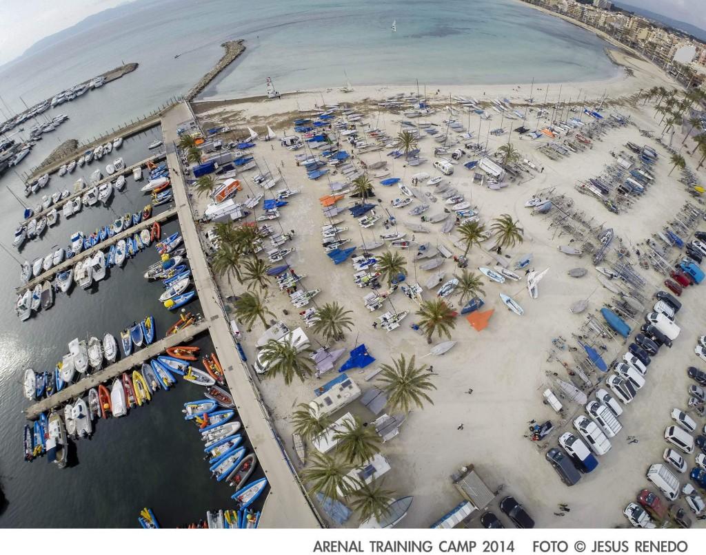 La spiaggia di El Arenal invasa di barche olimpiche. Foto Renedo