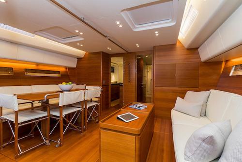 Eleganti e raffinati gli interni dove abbondano i volumi e gli spazi per una crociera in totale comfort