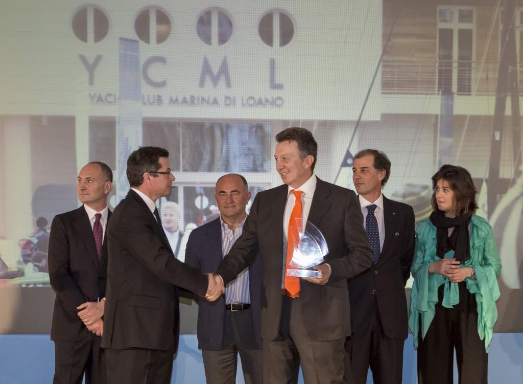 Lanfranco Cirillo, miglior timoniere-armatore riceve il Premio Speciale Marina di Loano da Enrico Bertacchi. Foto Gattini