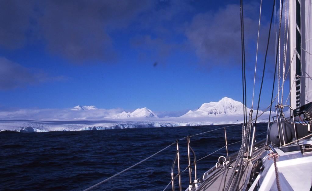 Jimmy Cornell in vista dell'Antartide. Sarà una delle undici mete previste dal World Odyssey, la regata offshore pensata per velisti amatoriali