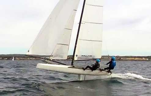 Il Nacra 17 di Bressani-Micol si solleva in foiling per un breve tratto durante una poppa di allenamento a Palma