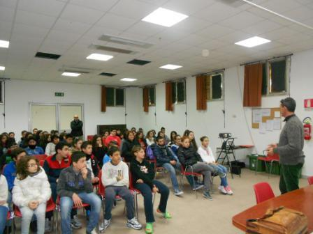 Alberto Zaccagni, responsabile dell'Associazione Onlus Apnea dell'isola siciliana, dibatte di temi ambientalisti con alcuni studenti della scuola media Alighieri di Pantelleria