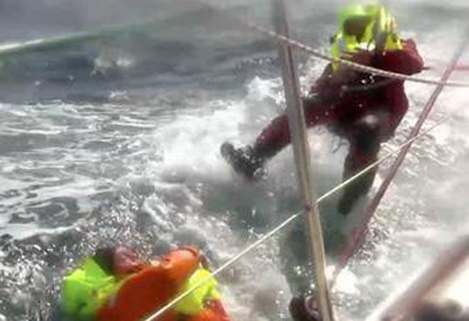 Andrew Taylor, 46 anni, nel momento in cui cade in acqua durante la Clipper Race