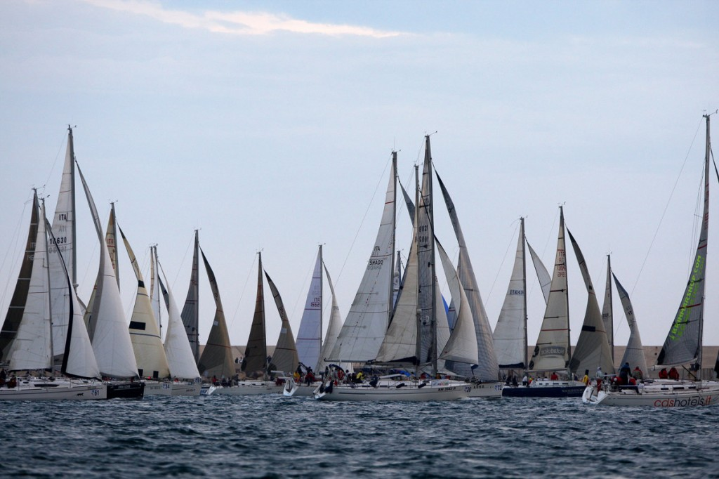 La partenza dell'edizione 2013 a cui presero parte 106 equipaggi. Un numero che sottolinea l'attrazione per una regata che per molti armatori segna l'inizio delle vacanze estive