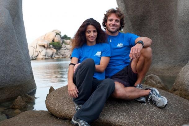 Riccardo è uno skipper professionista, Carlotta una fotografa professionista. Insieme hanno deciso di partire alla scoperta della Sardegna in 50 tappe