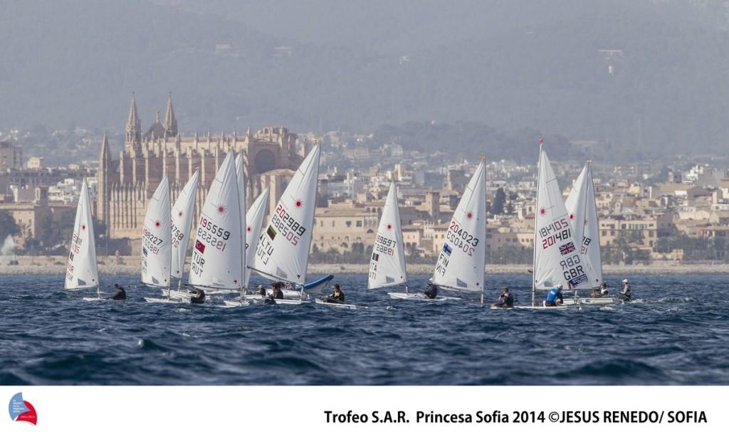 Laser sullo sfondo della Cattedrale di Palma. Foto Renedo