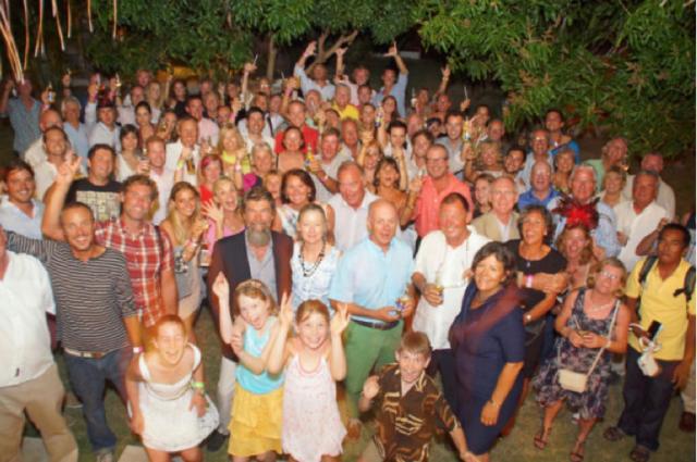 I partecipanti alla I edizione dell'Oyster World Rally festeggiano la conclusione del loro giro del mondo a tappe