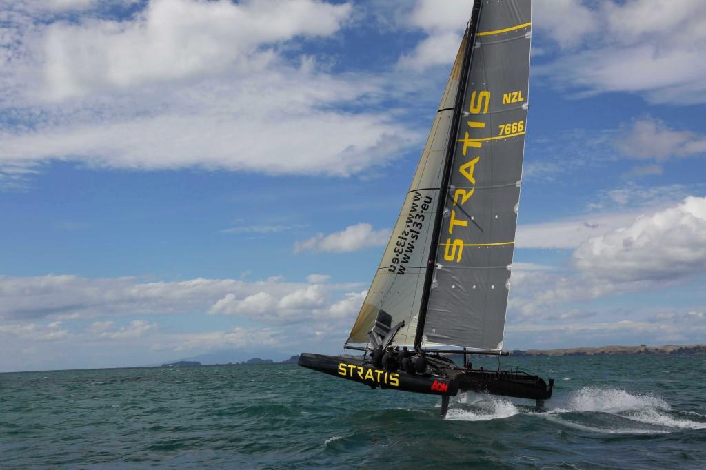 Il catamarano SL 33 One Design vola sull'acqua al largo di Auckland. Per il progetto il cantiere tedesco si è ispirato agli AC 72