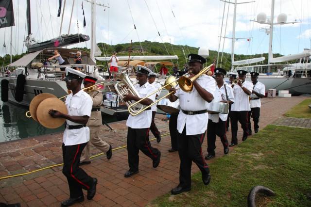 """La banda della polizia di Antigua accoglie il ritorno degli """"oysteristi"""""""