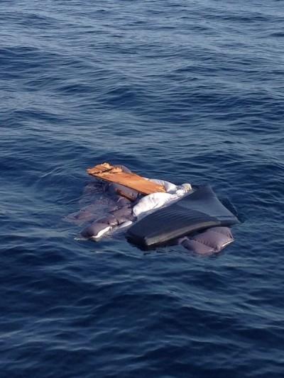 Alcuni resti del peschereccio di Castiglion della Pescaia affondato questa mattina