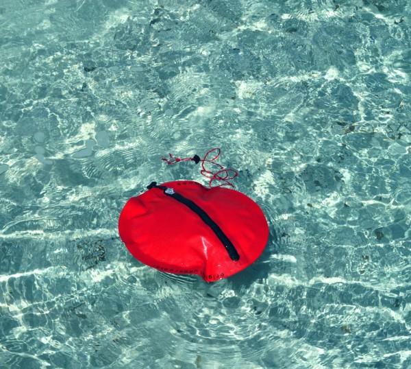 Seabag è una borsa subacquea galleggiante e capace di resistere ad elevate pressioni
