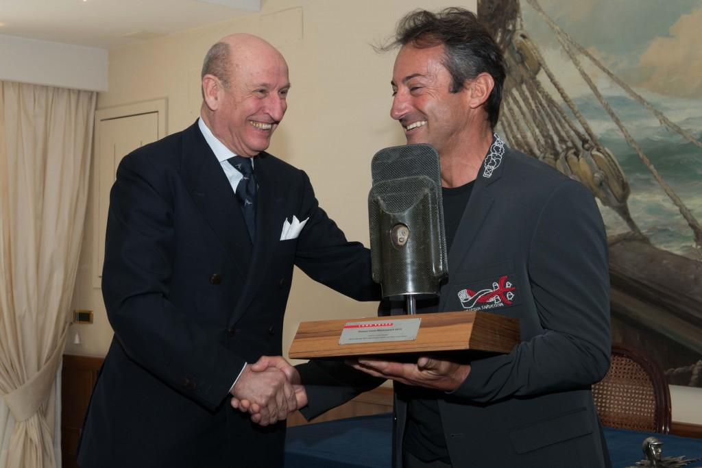 Paolo Longanesi Cattani consegna ad Andrea Mura il premio