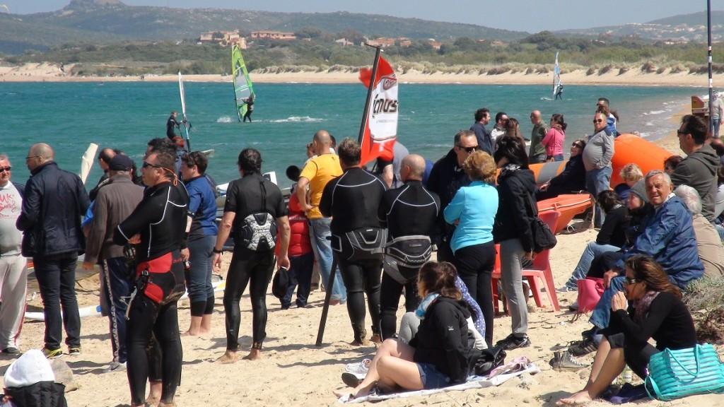 Un gruppo di spettatori e atleti, anche amatoriali, assiste alle prove di slalom e freestyle
