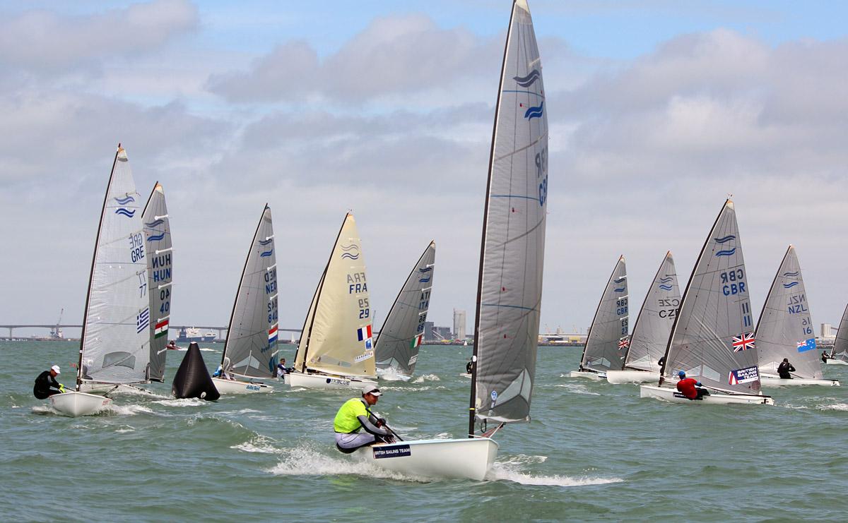 Giles Scott guida la flotta a La Rochelle