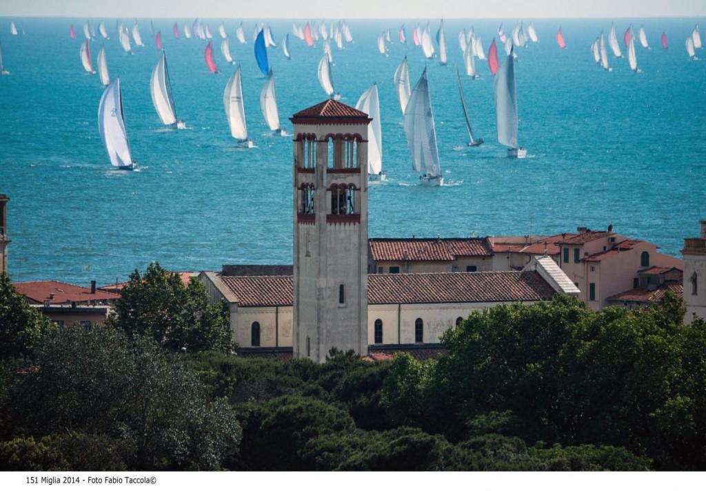 Il passaggio della flotta da Marina di Pisa. Foto Taccola