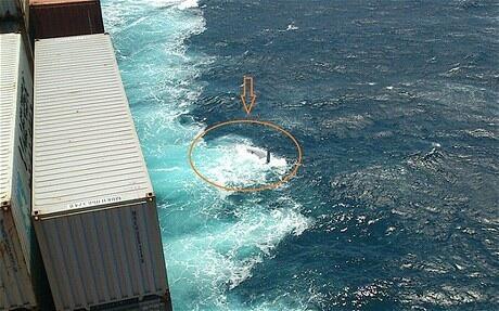 La foto del relitto del 40 piedi avvistato dalla nave della compagnia Maersk. Si nota lo scafo rovesciato senza bulbo, che confermerebbe l'ipotesi della perdita della chiglia. Fa scalpore il fatto che tale relitto non sia stato controllato per verificare la presenza della zattera a bordo o dei corpi dei velisti