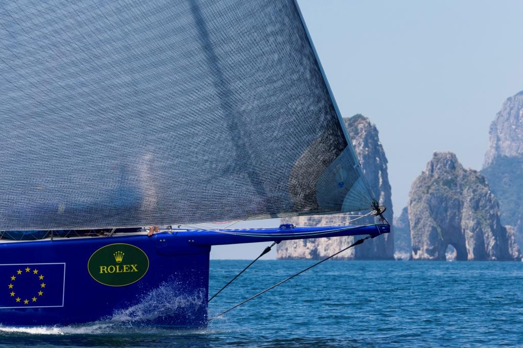 Esimit in avvicinamento a Capri. Foto Borlenghi