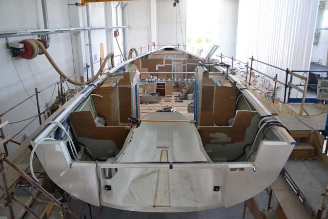 I lavori sul secondo scafo del Solaris 58. Il primo sarà a disposizione dei visitatori che arriveranno a Porto Rotondo per festeggiare i 40 anni di attività del cantiere