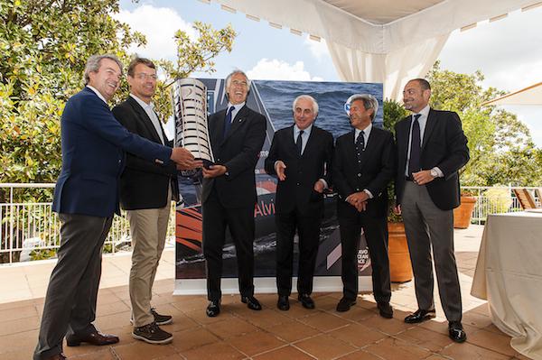 Da sinistra Alessandro Maria Rinaldi, Knut Frostad, Giovanni Malagò, Carlo Croce, Michele Crisci con il Trofeo della Volvo Ocean Race oggi all'Aniene. Foto Volvo Italia