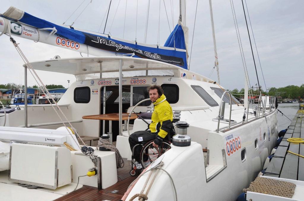Andrea Stella sul suo catamarano