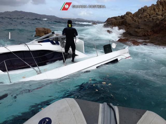 Un momento dell'operazone di soccorso della Guardia Costiera di La Maddalena che ha tratto in salvo due velisti francesi