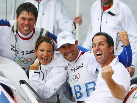 Andrtew Simpson e Iain Percy festeggiano l'oro di Qingdao 2008 insieme a Ben Ainslie e Bryony Shaw. Foto Getty Images