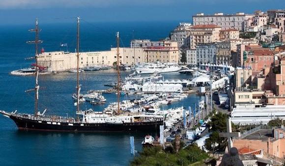 La festa del mare vista dall'alto. Si può notare l'imponenza del veliero Signora del Vento, sul quale è possibile organizzare crociere e minicrociere per il Mediterraneo
