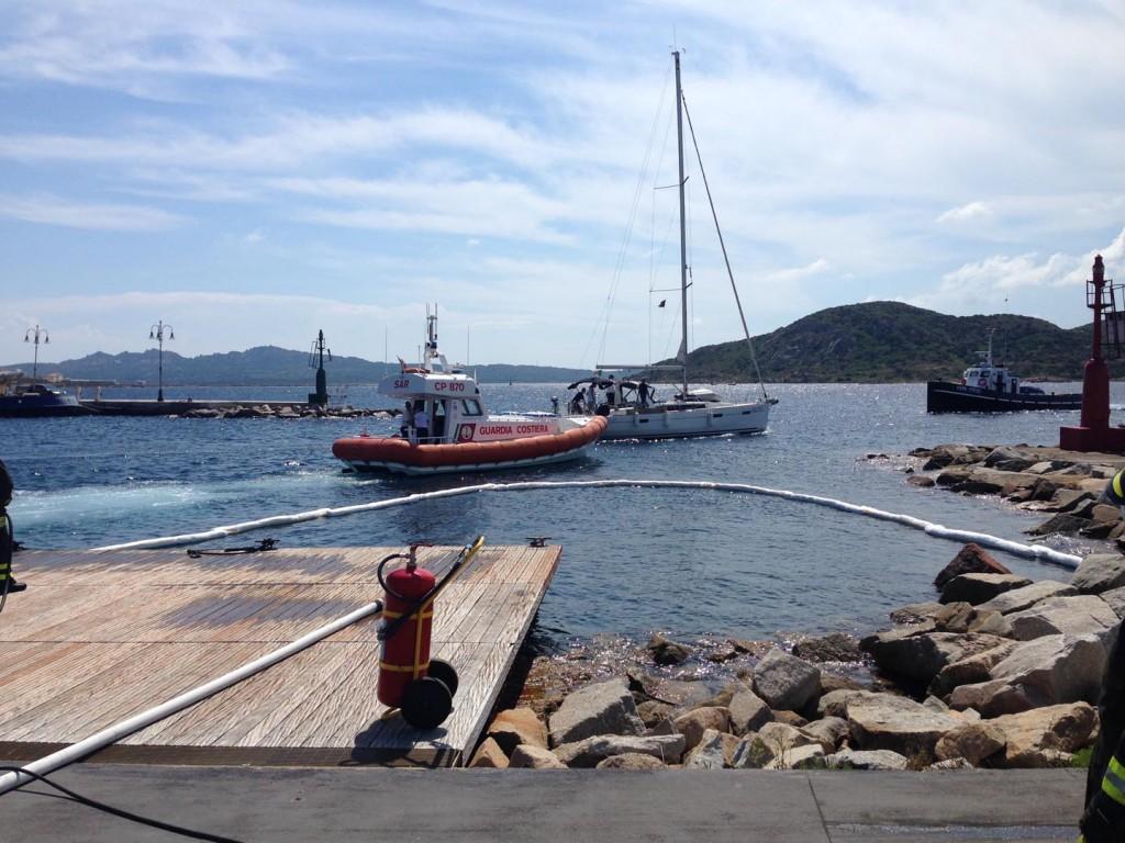 Un momento dell'esercitazione antincendio portuale coordinata dalla Guardia Costiera della Maddalena