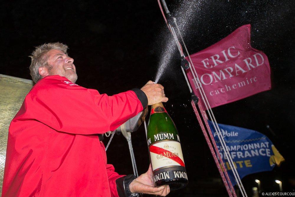 Yann Elies festeggia la vittoria di tappa a Roscoff