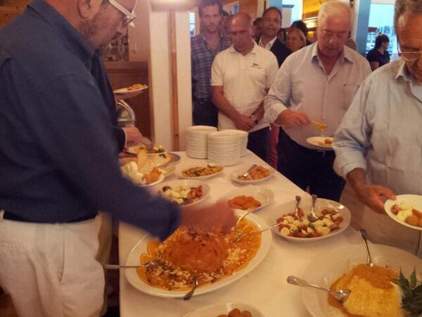Un momento della cena organizzata da Solaris allo Yacht Club Porto Rotondo. al centro del buffet solamente piatti tipici della Sardegna