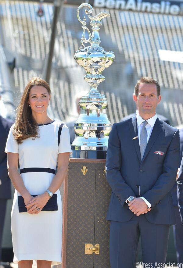 Sir Ben Ainslie e la duchessa di Cambridge con la Coppa