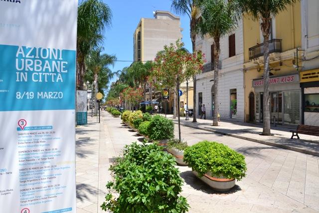 All'ora di pranzo, quando il sole picchia e ci sono almeno 30 gradi, le strade di Brindisi sono semideserte.