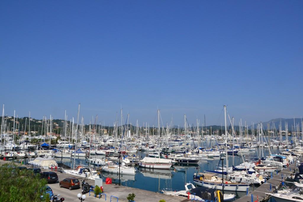 Il Marina di Gouvia con i suoi 1.235 posti barca è uno dei più grandi porti turistici della Grecia. Ogni anno registra il tutto esaurito e per il 70% sono stranieri
