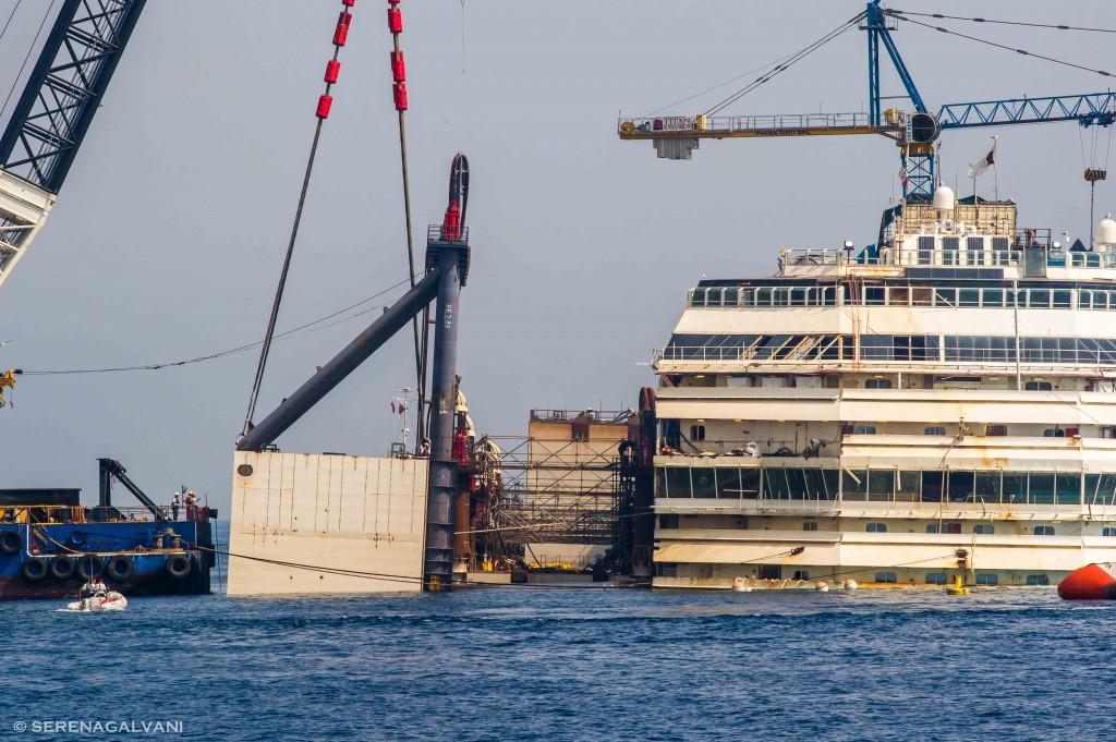 L?applicazione dei cassoni di galleggiamento sulla Costa Concordia effettuata nelle scorse settimane. Foto Serena Galvani per FareVela
