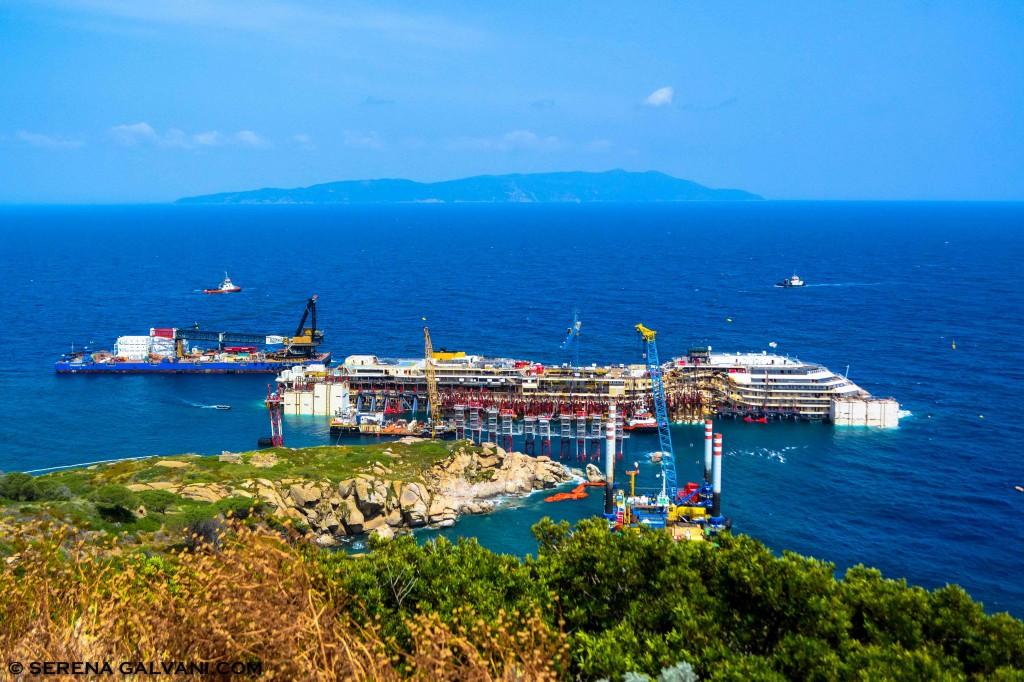 Il relitto della Costa Concordia fotografato questa mattina al Giglio, a tre giorni dal rigalleggiamento del 14 luglio. Foto Galvani