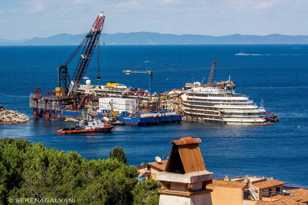 L'imponente cantiere sul relitto della Costa Concordia visto lo scorso mese di maggio. Foto Galvani